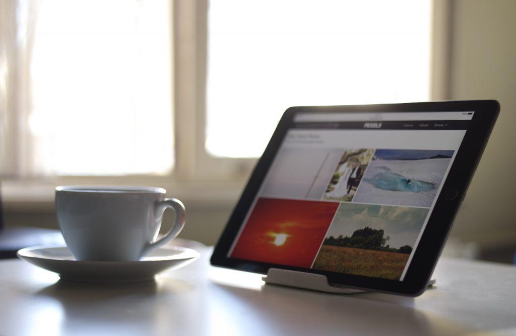 tablette et café